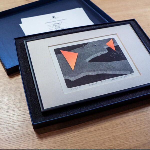 linoryt jako prezent zapakowany w pudełko